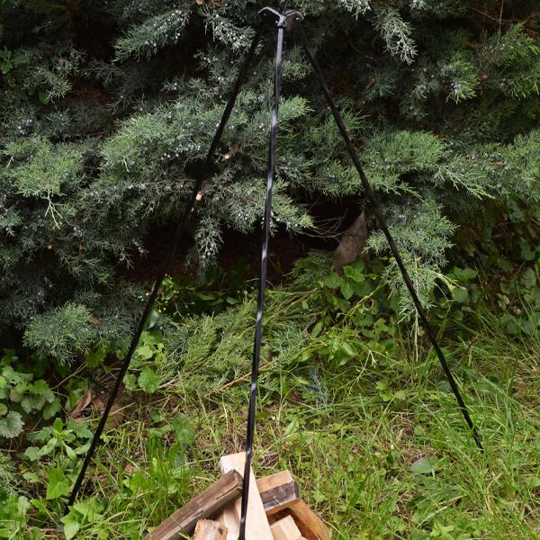 Háromlábú, kovácsoltvas állvány bográcshoz és flekkensütőhöz