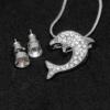Kép 2/2 - Kristályokkal kirakott fülbevaló és nyaklánc díszdobozban / delfin medállal / 200511