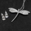 Kép 2/2 - Kristályokkal kirakott fülbevaló és nyaklánc díszdobozban / szitakötő medállal / 200524