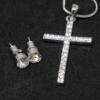 Kép 2/2 - Kristályokkal kirakott fülbevaló és nyaklánc díszdobozban / kereszt medállal / 20818
