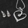 Kép 2/2 - Kristályokkal kirakott fülbevaló és nyaklánc díszdobozban / szív medállal / 20813