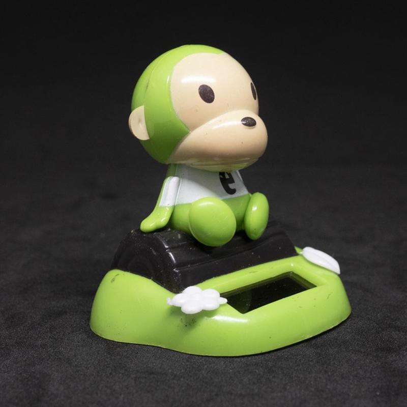 Bólogató napelemes majom autóba, íróasztalra