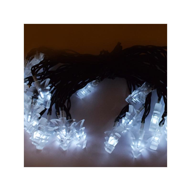 Hideg fehér, napelemes karácsonyi fényfüzér fenyőfa alakú LED izzókkal / fényérzékelővel, kültérre, 6 méter